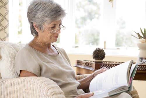 Oudere vrouw aan het lezen