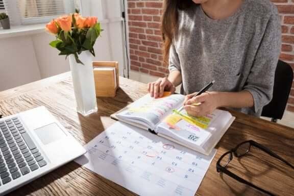 Een vrouw is aan het studeren