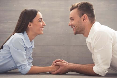Een koppel houdt handen vast en kijkt elkaar in de ogen