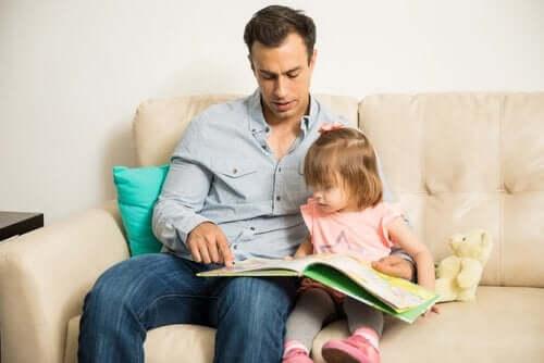 Vader leest voor aan zijn dochter