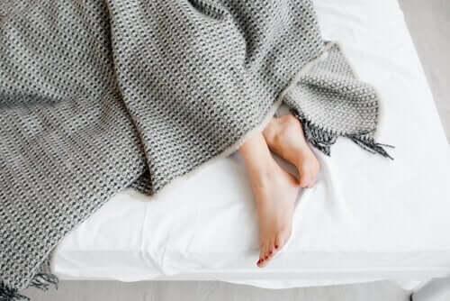 Voeten die onder een deken uitsteken
