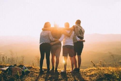 Een groep vrienden omhelst elkaar