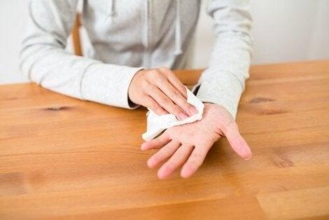 Persoon die de handen droogt met een zakdoekje