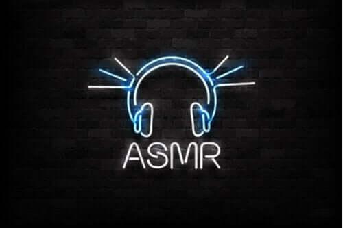 Een neonbord met de letters ASMR erop