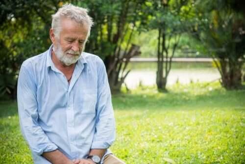 Oudere man lijkt verdrietig te zijn