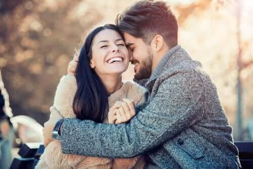 Een gelukkig stel lacht en knuffelt elkaar