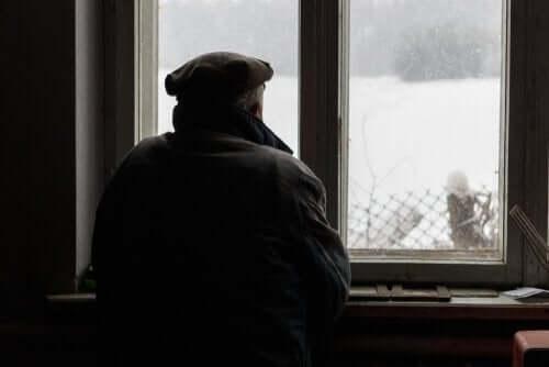 Een man die uit het raam kijkt