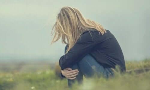 Een verdrietige vrouw in een veld