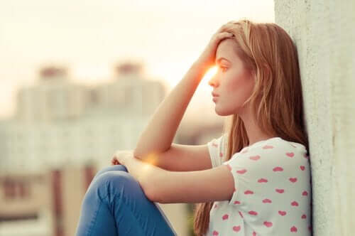 Ongelukkige vrouw kan niet blij zijn voor anderen
