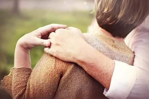 Een ouder stel hand en hand