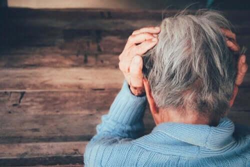 Een bezorgde oudere man