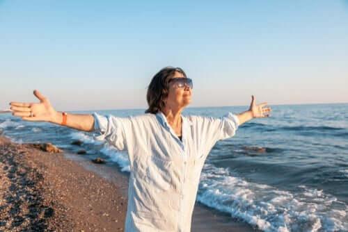 Oudere vrouw op het strand