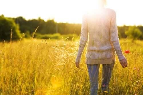 Een vrouw loopt door een veld