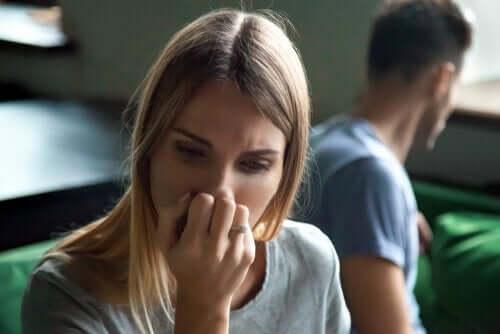 Een vrouw is van streek door ruzie met haar partner