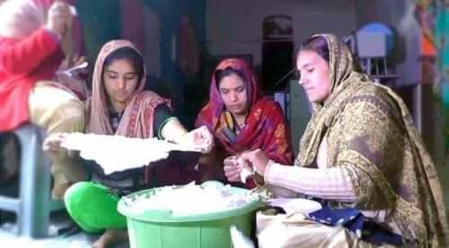 Vrouwen in India maken zelf maandverband