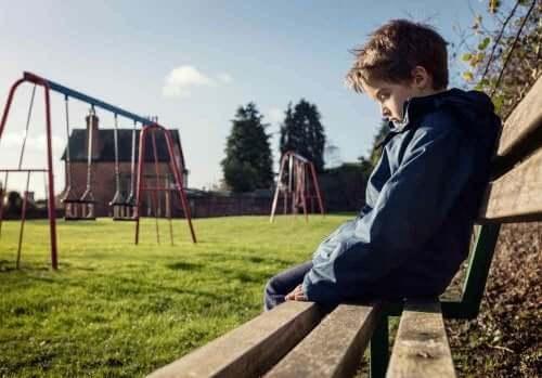 Jongetje zit alleen in de speeltuin