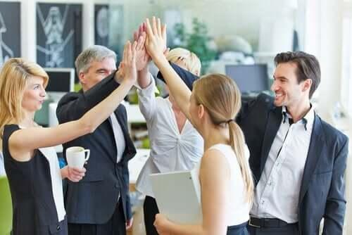 Kantoorpersoneel viert feest