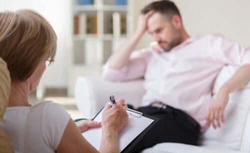 Een man zit op de bank bij een therapeut en krijgt schematherapie