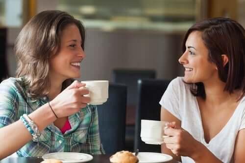 Nieuwe vrienden drinken koffie