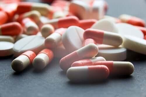 Een bergje roze en witte pillen