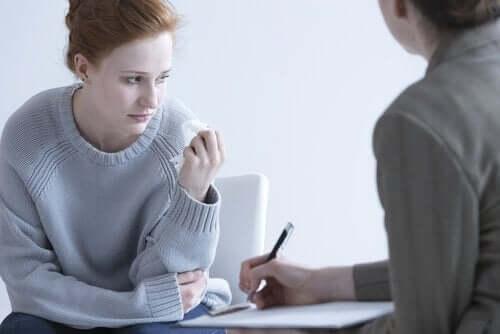 Een vrouw heeft een gesprek met een therapeut