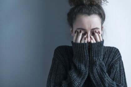 Vrouw met symptomen van schizofrenie