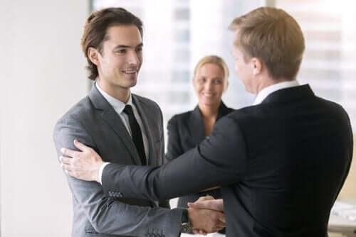 Twee mannen in pak schudden elkaar de hand