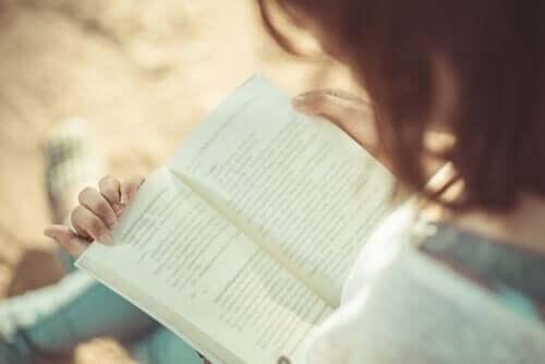 Een vrouw leest een boek