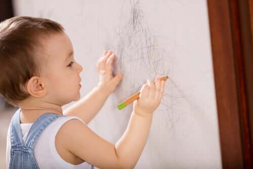 Een kind tekent op een wit papier