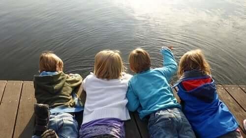 Kinderen liggen op hun buik op een steiger