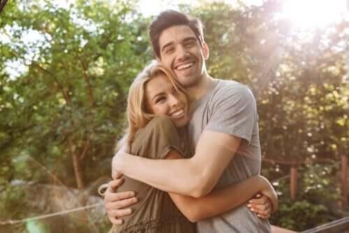 Een man en een vrouw omhelzen elkaar