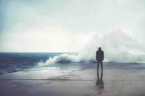 Een man kijkt uit over de zee