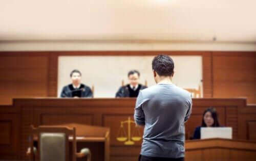 Een man in de rechtzaal