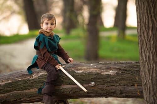 Een jongetje verkleed als Robin Hood
