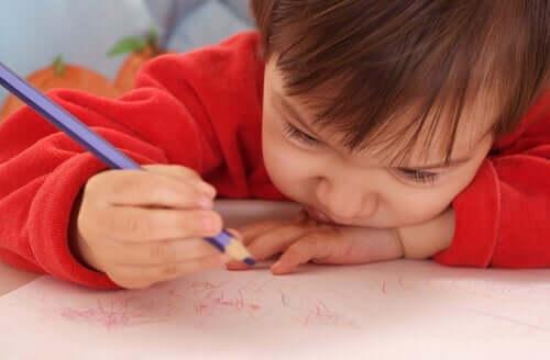 Een kind is aan het tekenen