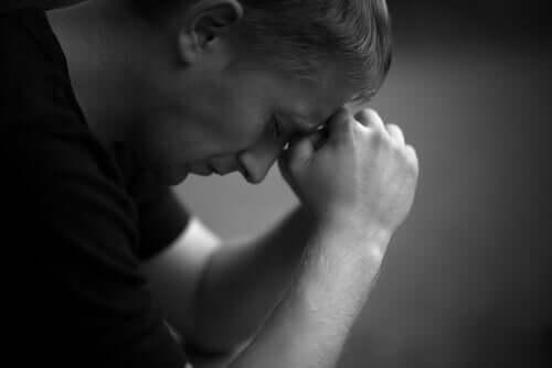 Een man kijkt verdrietig
