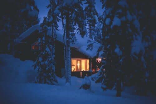 Een huisje in de sneeuw
