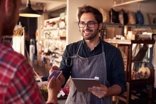 Personeel met een klant in een winkel