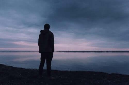 Een silhouet van een man aan een meer
