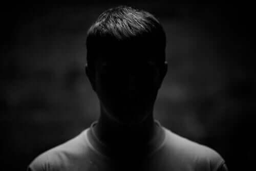 Man in het donker