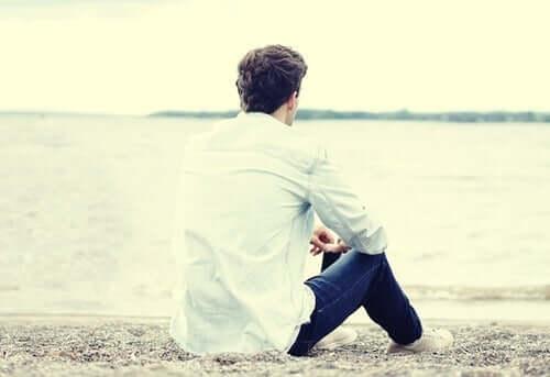 Man op strand zonder telefoon