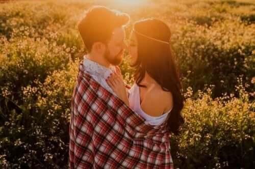 Een verliefd stel kijkt in elkaars ogen