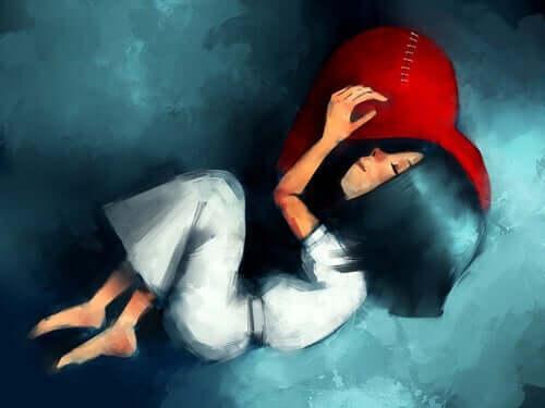 Een meisje ligt op een kussen te slapen