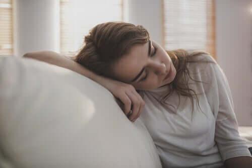 Een slapende vrouw op de bank