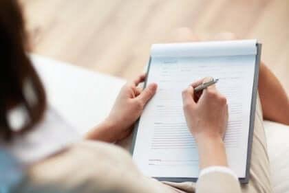 Een vrouw schrijft een verslag