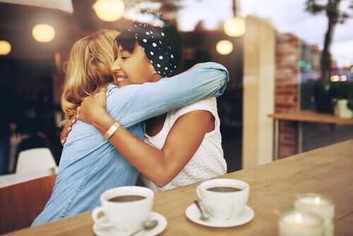 Twee vriendinnen geven elkaar een knuffel
