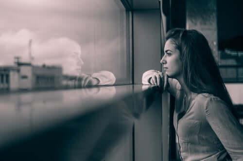Vrouw denkt aan haar relatie op afstand