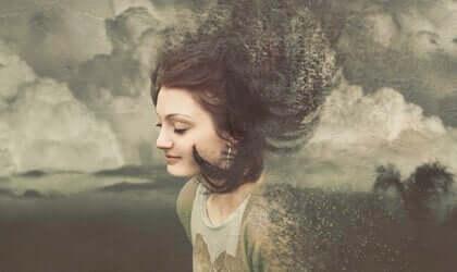 Een vrouw met wolken op de achtergrond