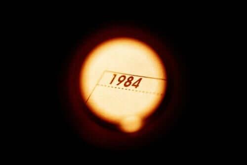Het jaartal 1984 in een lichtcirkel