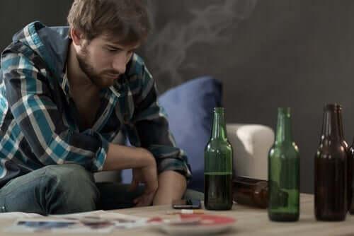 Een man met veel bierflesjes op tafel